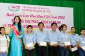 Hoa hậu Đặng Thu Thảo tặng học bổng cho sinh viên
