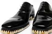 Kì dị đôi giày gắn…1.050 chiếc răng giả
