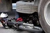 Container cuốn xe máy vào gầm, một chết, hai nguy kịch