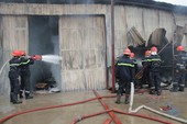 Hỏa hoạn thiêu rụi xưởng gỗ rộng 300 m2