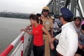 Người phụ nữ đi taxi lên cầu Chương Dương tự tử