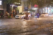 Chùm ảnh: Đường Sài Gòn ngập sau cơn mưa lớn