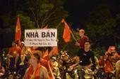Những khoảnh khắc hài hước trong đêm bão của CĐV Việt Nam