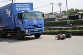 Xe tải kéo lê xe máy, hai người nguy kịch