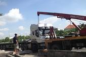 Container húc văng dải phân cách văng vào làn đường xe máy