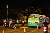 Xe buýt cán chết người đàn ông đi xe máy trong đêm