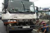 Tài xế kẹt trong cabin sau cú tông 3 xe tải ở Bình Tân