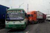Xe container tông liên hoàn 5 xe khác trên xa lộ Hà Nội