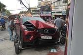 Mazda CX5 lao vào tiệm kính, 2 cha con thoát chết