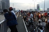 Bỏ lại xe máy, người đàn ông nhảy cầu Sài Gòn mất tích