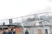 Cảnh sát đến nơi, lửa đã trùm lên xưởng may ở Hóc Môn