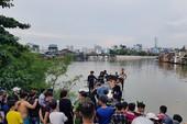 Bé trai 8 tuổi mất tích khi theo bạn tắm kênh Đôi
