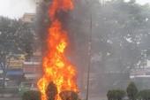 Ô tô đang chạy phừng cháy trên đường Trường Chinh