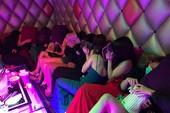 Tiếp viên 'karaoke ôm' vứt dép bỏ chạy vào phòng bí mật trốn