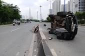 Tránh xe buýt, ô tô Mazda lật trên xa lộ Hà Nội