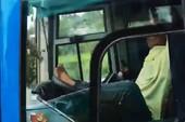 Tài xế lái xe khách bằng chân trên cao tốc Trung Lương