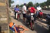 Người đi xe máy liên tục ngã 'sấp mặt' ở Củ Chi