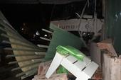 Người phụ nữ 'đứng hình' khi xe tải tông sập quán ăn