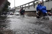 TP.HCM: Mưa trắng trời ngày lễ, một số tuyến đường bị ngập