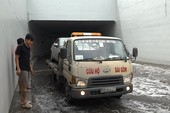Hầm chui Mỹ Thủy ngập sâu, nhiều xe mắc kẹt vì chết máy