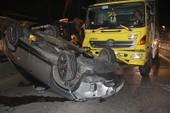 Ô tô bị xe tải tông lật ngửa, nhiều người bên trong la hét