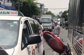Va chạm với 2 ô tô, 3 nam sinh nhập viện