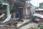 Xe container tông 6 nhà dân ở Bình Chánh
