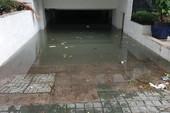Hàng loạt hầm để xe ngập chìm, cảnh sát PCCC vất vả bơm nước