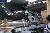 Xe tải hạng nặng nổ lốp, tông sập 2 nhà dân ở Củ Chi