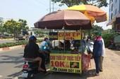 Sài Gòn nắng nóng, người đi đường mua nước giải nhiệt