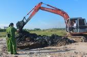 Cảnh sát môi trường đào điểm nghi chôn trộm rác ở Nhà Bè