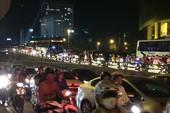 Hàng nghìn phương tiện kẹt cứng ở trung tâm Sài Gòn