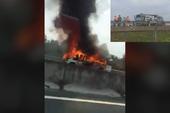 Clip: Xe bốc cháy dữ dội trên cao tốc Trung Lương
