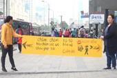 Người Hàn Quốc cầm biển chặn dòng xe trên vỉa hè Hà Nội