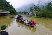 Dùng thuyền, bè đưa người và xe qua đoạn ngập 2 mét