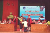 Nữ sinh viên được cầu hôn trong lễ tốt nghiệp
