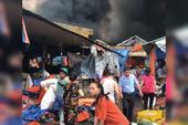 Người dân chợ Sóc Sơn nháo nhào dọn hàng trong đám cháy