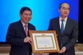 Chủ tịch UBND TP.HCM nhận Huy hiệu 30 năm tuổi Đảng