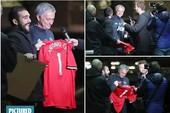 Sốc: Mourinho bị lừa ký vào áo đấu MU mang tên... Conte