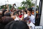 Đức Chinh, Tiến Dụng bị hàng trăm fan 'vây' ở TP.HCM