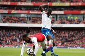 Tranh cãi Lacazette dùng tay ôm bóng, Arsenal hưởng 11m