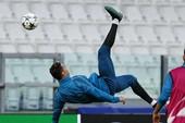 Real công bố video Ronaldo tung người móc bóng... lỗi