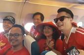 Ca sĩ Hoàng Bách, đạo diễn Trọng Trinh sang Indonesia cổ vũ VN