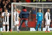 Sân Old Trafford hoảng hồn vì cây súng… đồ chơi