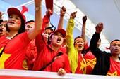 Cổ động viên ùn ùn ra sân bay sang Malaysia cổ vũ đội tuyển