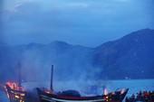 3 tàu đang neo đậu bị lửa thiêu rụi