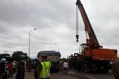 Bị xe tải cuốn vào gầm kéo lê 15m, 2 người tử vong