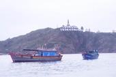 Vượt sóng lớn, biên phòng cứu 4 ngư dân bị nạn