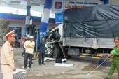 Xe tải húc vào trạm xăng, 7 người bị thương
