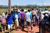 Dân vẫn giữ xe cán bộ yêu cầu đối thoại dự án điện mặt trời